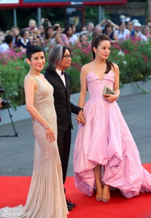 Trên thảm đỏ LHP Venice, Triệu Vy mất điểm khi mặt không tươi tắn và diên váy nhàu trước ống kính. Đây là sự thiếu cẩn thận khiến cô bị truyền thông Trung Quốc chê cười. Một số cư dân mạng còn chê bai: 'Không lẽ Triệu Vy giàu thế mà không có tiền là váy áo'.