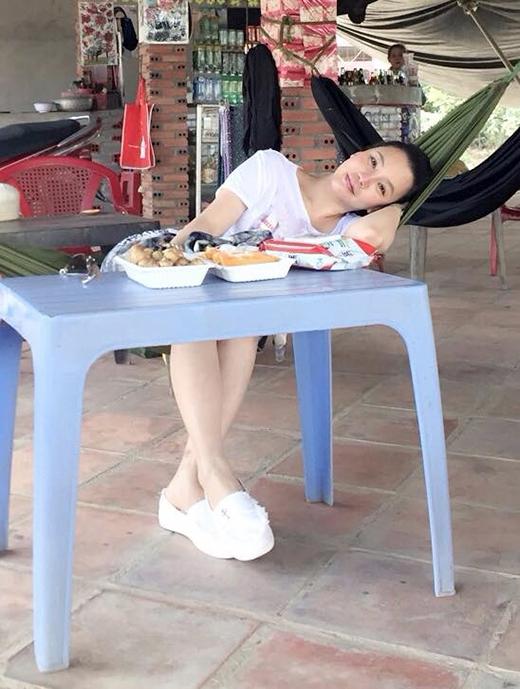 Hồ Quỳnh Hương giản dị ngồi ăn trưa trong lúc dừng chân nghỉ ngơi tại một quán nước bên đường. Hình ảnh bình dị và gần gũi của nữ ca sĩ khiến các fan vô cùng thích thú. Họ không ngừng gửi lời chúc mừng năm mới cho thần tượng đồng thời cũng không quên 'rủ rê' Hồ Quỳnh Hương về tỉnh mình chơi.