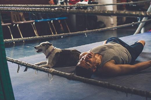 Người đàn ông trong ảnh tên là Rocky. Sau một thời gian dài mới tập gym trở lại, anh có vẻ rất thỏa mãn về buổi tập của mình.
