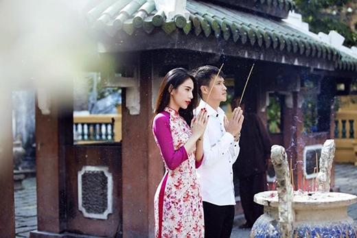 Thủy Tiên và Công Vinh giản dị đi chùa cầu an đầu năm. Gia đình hạnh phúc của cặp đôi này luôn khiến người khác ngưỡng mộ khi cả chồng và vợ đều hội tụ đủ cả đức lẫn tài để chăm sóc và dạy dỗ cho con.