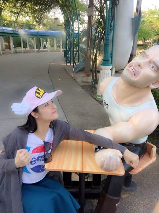 Đông Nhi cùng với gia đình mình cũng đã có một chuyến du lịch thú vị trên đất Thái. Đây là hình ảnh hiếm hoi mà cô nàng chia sẻ trong chuyến đi này. Mặc dù chênh lệch về ngoại hình giữa Đông Nhi và bức tượng nhưng cô nàng vẫn tự tin với cách tạo dáng hài hước của mình khiến các fan 'cười ra nước mắt'.