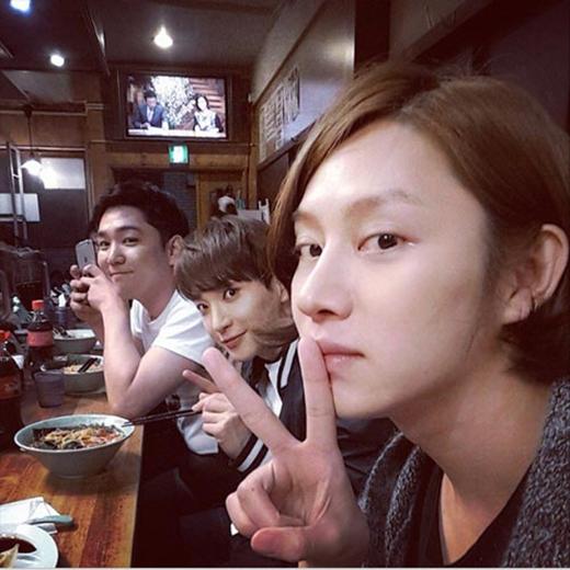 Heecchul hạnh phúc khoe hình ăn tối tại Nhật Bản cùng Kang In và Leeteuk