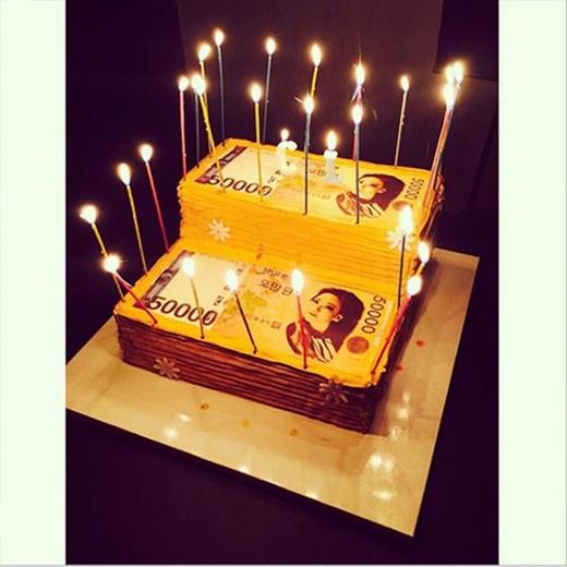 CL khoe hình chiếc bánh kem cực độc chúc mừng sinh nhật của Dara