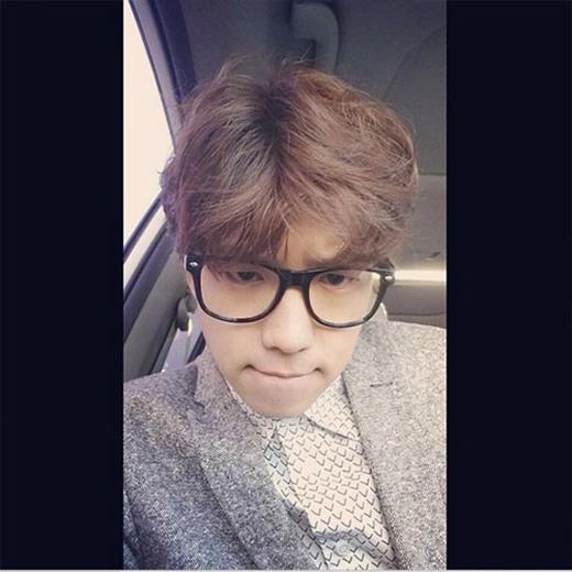Wooyoung khoe hình mặt 'bặm trợn' và khó chịu