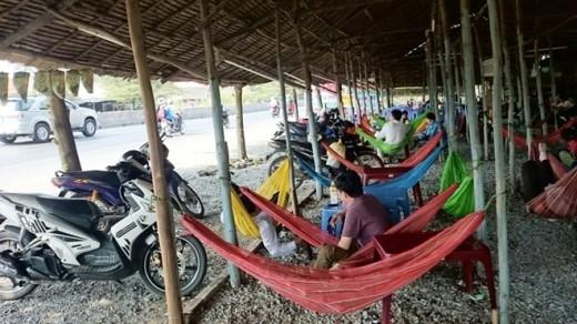 Những quán võng ven quốc lộ đoạn qua các tỉnh miền Tây là điểm dừng chân ăn uống, nghỉ ngơi dành cho người đi xa bằng xe máy.