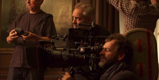 Đạo diễn Sam Mendes đang chỉ đạo diễn xuất cho các diễn viên.