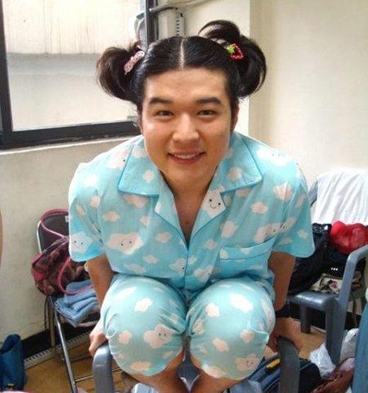 Không ngại làm trò, Shindong cũng từng có những hình ảnh với bộ đồ pajamas cực dễ thương.
