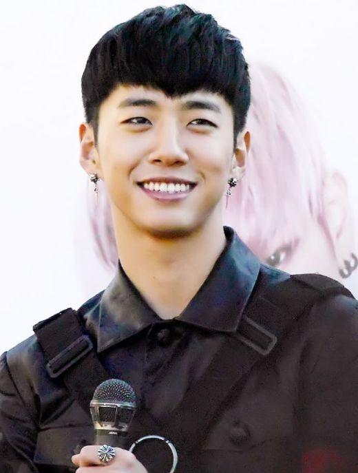 Vẻ ngoài gai góc và nam tính nhưngYongguk (B.A.P)có trái tim nhân hậu, nam thần tượng thường xuyên tham gia hoạt động từ thiện và là tấm gương cho nhiều ngôi sao khác noi theo.