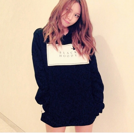 Sooyoung bất ngờ khoe một chiếc áo đen và trêu fan rằng: 'Các bạn nhìn ra đây là màu gì?'