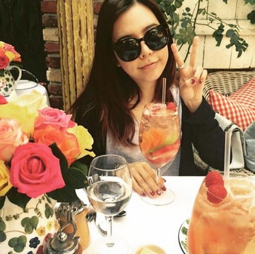 Sunny thích thú hẹn hò với chị gái. Cô chia sẻ: 'Buổi hẹn hò của chị và em. Chỉ hai đứa mình thôi. Em lại nhớ chị nữa rồi'.