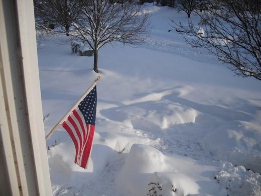 Lá cờ được treo trên tòa nhà cũng...chạm tuyết