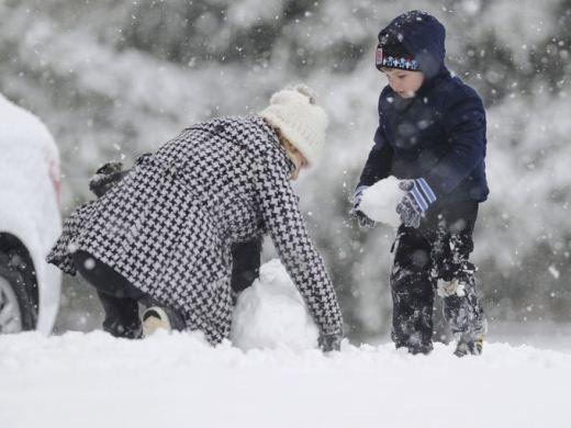 Trẻ em tận hưởng mùa đông lạnh giá