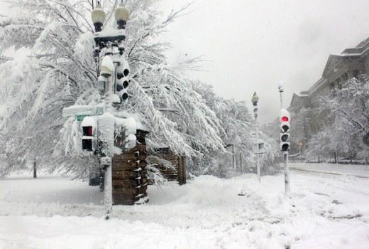 Con đường và cột đèn giao thông phủ tuyết