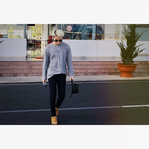 Sơn Tùng tiếp tục gây chú ý với phong cách thời trang ấn tượng và sành điệu của mình. Những ngày qua, anh chàng đã có dịp đi du lịch ở nhiều bãi biển đẹp của Việt Nam như Nha Trang, Đà Nẵng trước khi quay về với lịch tập luyện cho The Remix.