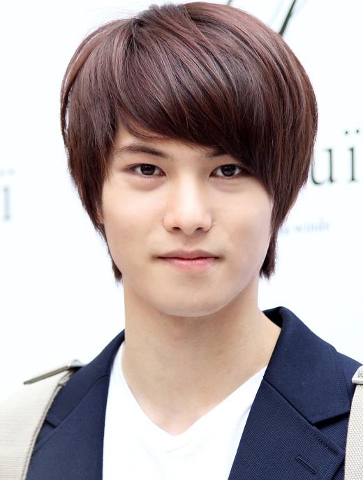 """Jonghyun (CN Blue)luôn nổi """"bần bật"""" ở mọi nơi anh chàng đến nhờ vào làn da trắng sáng."""