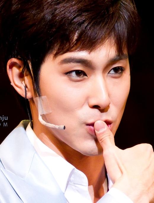 Vẻ đẹp nam tính củaYunholại sở hữu chiếc mũi thon nhỏ khiến các fan không khỏi bị 'mê hoặc' với đặc điểm nổi bật ấy.