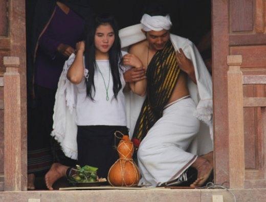 Theo tục lệ của người Chu Ru, sau khi chàng trai đồng ý đeo nhẫn, cô gái dâng chiếc khăn tự tay dệt. Họ choàng chung và chính thức trở thành vợ chồng. Ảnh: Anh Phương.