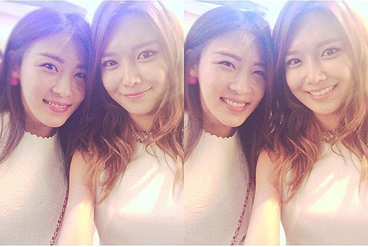 Sooyoung không giấu được hạnh phúc khi được chụp hình chung cùng đàn chị.