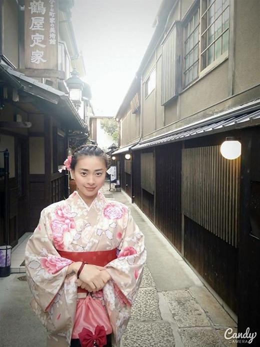 Ngô Thanh Vân lạ lẫm mà xinh đẹp trong bộ trang phục Kimono của Nhật Bản. Nhiều ngày qua, Ngô Thanh Vân đã có khoảng thời gian thưởng thức và du ngoạn đến khắp các địa danh nổi tiếng của xứ sở Phù Tang.