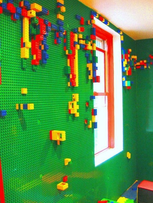 Căn phòng có 4 mặt tường gắn đồ chơi LEGO để thỏa sức sáng tạo.
