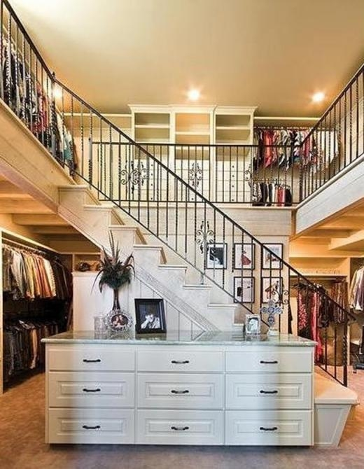 Phòng quần áo hai tầng trưng bày giày dép, túi xách...
