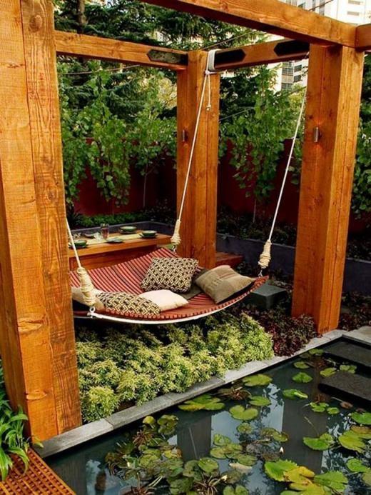 Ao trong vườn nhà bên cạnh là võng nghỉ