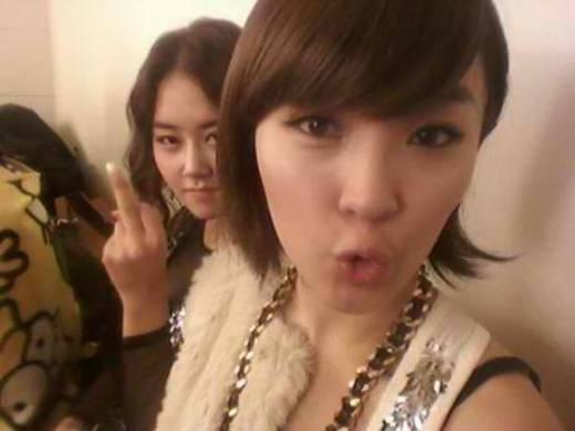Biểu cảm gương mặt củaGayoon (4Minute)cùng với cử chỉ không được đẹp của nữ thần tượng khiến các fan khó hiểu.