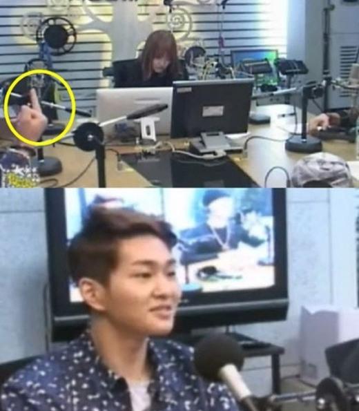 """Onew (SHINee)từng nhận khá nhiều """"gạch đá"""" khi giơ ngón tay """"thối"""" trong chương trình radio, thậm chí SM phải lên tiếng xin lỗi trước những ồn ào của công chúng."""