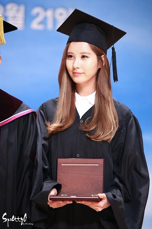 Nếu là fan của SNSD thì chắc chắn sẽ biết được em út của nhóm - thành viên Seohyun là cô nàng chăm học và khá thông minh. Cô nàng là một trong số ít thần tượng tốt nghiệp đại học đúng năm mặc lịch trình bận rộn. Ngoài ra, cô nàng còn nhận giải thưởng thàng tựu trọn đời do trường Dongguk trao tặng.