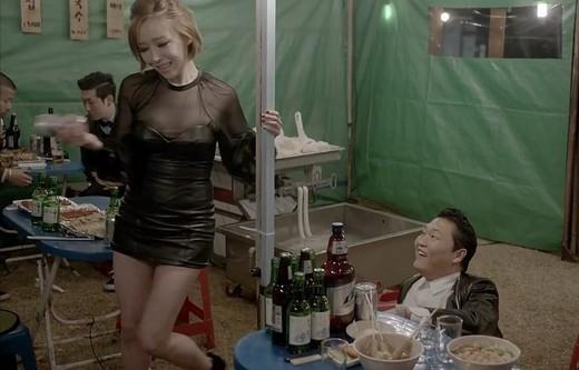 """Mệnh danh là đàn em củaGangnam Style, hiển nhiên MVGentlemancũng được săn đón trên toàn thế giới và sự xuất hiện củaGain (Brown Eyed Girls)gây chú ý không kém. Nhiều khán giả tinh mắt cho rằngGainđã """"hớ hên"""" lộ ngực với trang phục xuyên thấu gợi cảm."""