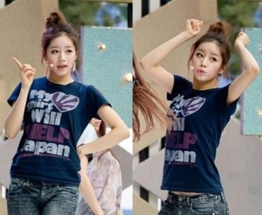 """Chiếc áo thun in dòng chữ """"My shirt will HELP Japan"""" củaHyeri (Girl's Day)nhận không ít gạch đá. Đươc biết, Hàn Quốc và Nhật Bản luôn duy trì quan hệ """"bằng mặt không bằng lòng"""" nên trước đây nhiều thần tượng như: SNSD, Red Velvet… cũng lâm vào tình trạng tương tự."""