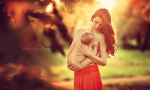 Chồng chụp bộ ảnh vợ ngực trần cho con bú gây sốt