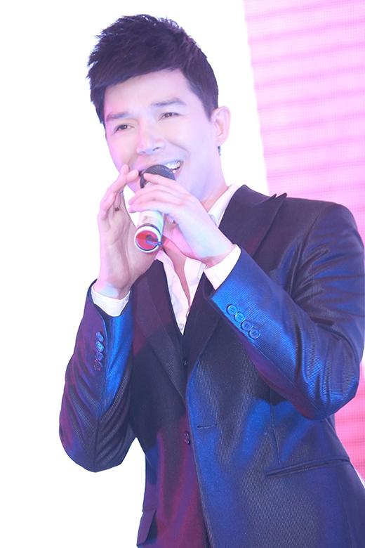 Nam ca sĩ điển trai đã hút hồn toàn bộ khán giả Việt Nam cùng quan khách quốc tế với phần trình diễn hết sức ấn tượng của mình. - Tin sao Viet - Tin tuc sao Viet - Scandal sao Viet - Tin tuc cua Sao - Tin cua Sao