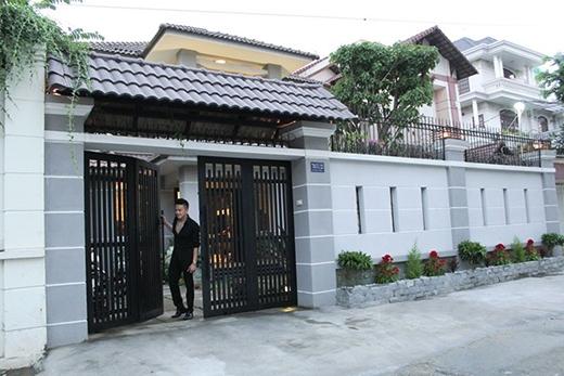 Căn nhà riêng của Cao Thái Sơn nổi bật với cổng lớn khang trang. Mặt đường rộng tiện lợi cho xe hơi. - Tin sao Viet - Tin tuc sao Viet - Scandal sao Viet - Tin tuc cua Sao - Tin cua Sao