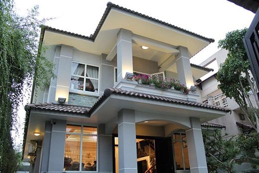 Ngôi nhà nằm trên khu đất rộng khoảng 200 m2, có vườn và nhiều cây xanh. Nhà được thiết kế theo không gian mở với nhiều cửa sổ. - Tin sao Viet - Tin tuc sao Viet - Scandal sao Viet - Tin tuc cua Sao - Tin cua Sao