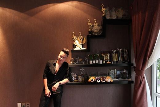 Anh cũng dành riêng một góc ngay cạnh phòng khách để trưng bày những giải thưởng âm nhạc kể từ lúc đi hát đến nay. - Tin sao Viet - Tin tuc sao Viet - Scandal sao Viet - Tin tuc cua Sao - Tin cua Sao