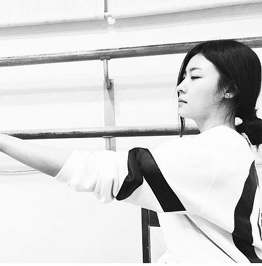 Ha Ji Won khoe ảnh trắng đen khó hiểu nhưng các fan vô cùng thích thú với vẻ đẹp lạnh lùng và quyến rũ của nữ diễn viên.