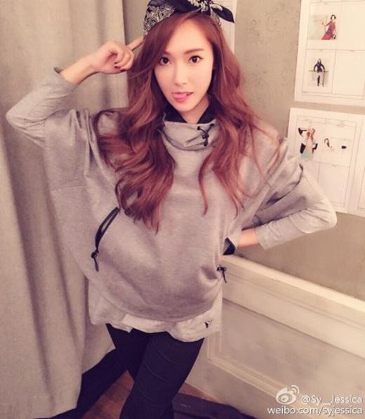 Jessica đăng tải hình ảnh đáng yêu lên trang weibo của mình và chia sẻ: 'Chúc các bạn ngủ ngon. Các bạn đang nói gì đó'.