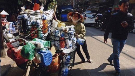Giữa phố đông, em Mai gắng sức điều khiển chiếc xe thồ chất đầy đồ gốm sứ. Mai phải bỏ học đại học giữa chừng vì gia đình quá khó khăn, nhưng trong em vẫn nuôi ước vọng được tiếp tục cắp sách tới giảng đường