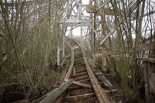Một tàu lượn siêu tốc tên The Comet thuộc Công viên Lincoln. Công viên này mở cửa năm 1894 và hiện giờ đã bị bỏ hoang.