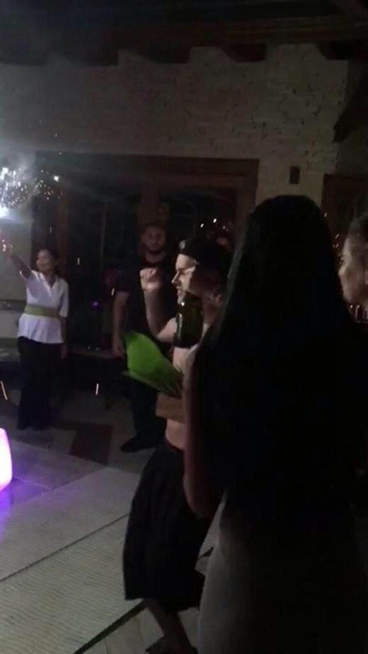 Justin uống rượu vang và nhảy múa cùng bạn bè
