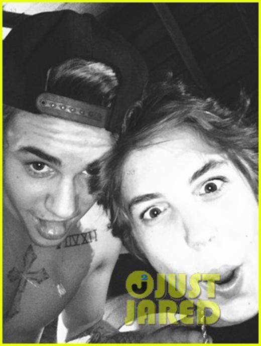 Justin chụp ảnh nhắng nhít cùng bạn bè