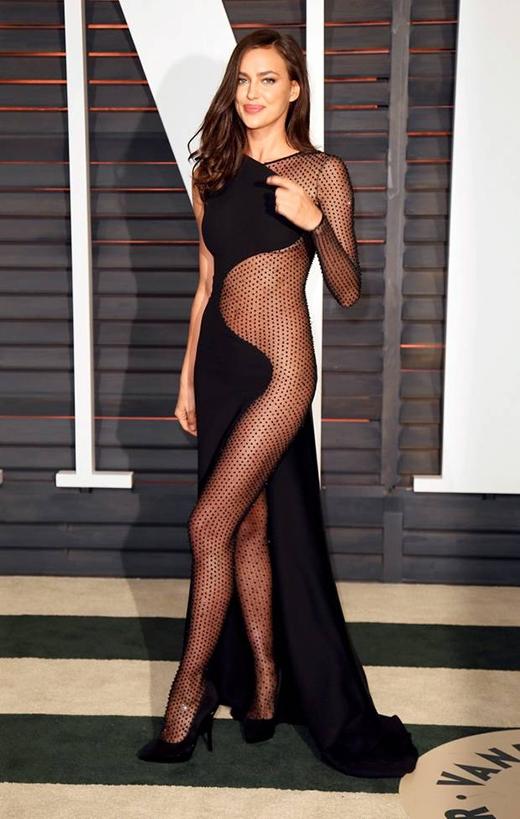 Tối chủ nhật vừa qua, siêu mẫuIrina Shaykđã nhận được rất nhiều lời bàn luận về bộ trang phục mà cô diện trong buổi tiệcVanity Fairtại Hollywood, chân dài quyết định khoe thân hình hoàn hảo với đường cong nóng bỏng trong bộ váy lưới cut-out, lộ hoàn toàn nửa phần cơ thể của mình.