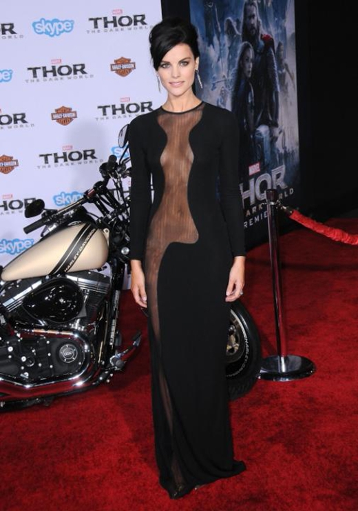 Ngày 4/10/2013,Jamie Alexandercũng đã đánh cắp mọi ánh nhìn với chiếc váy xuyên thấu của mình tại buổi công chiếu bộ phimThor: The Dark Worldở Los Angeles.