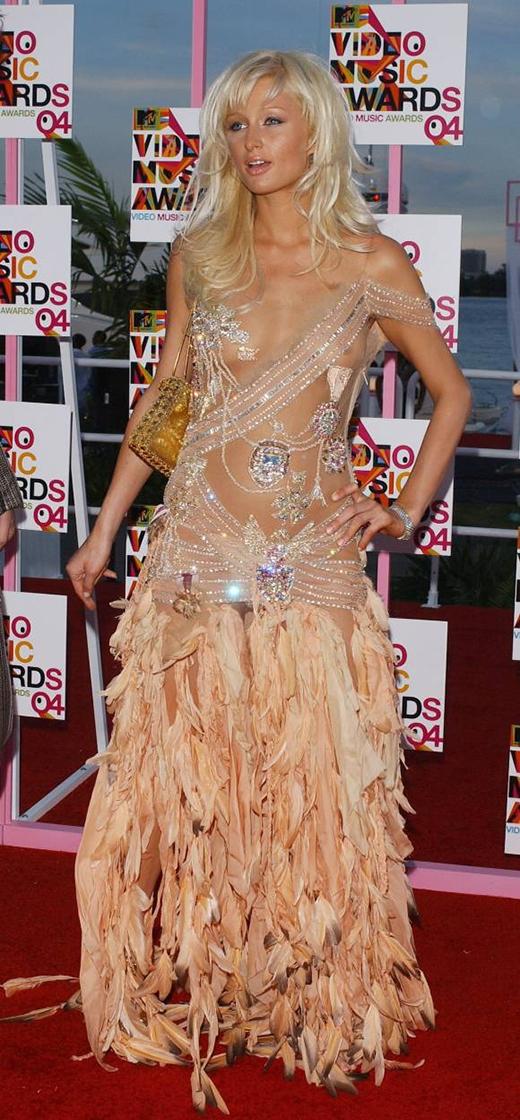 Paris Hiltonvà bộ trang phục tại lễ trao giải VMAs 2004 đã từng bị liệt vào một trong những bộ trang phục thảm họa của năm.