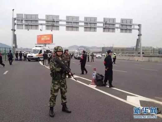 Cảnh sát có mặt tại hiện trường để giải quyết tai nạn.