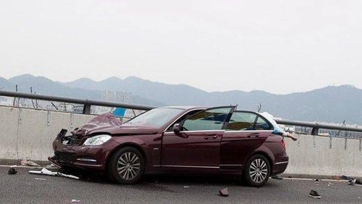 Chiếc xe gây tai nạn bị nát phần đầu.
