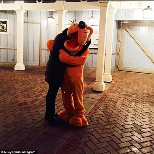 Miley 'tái ngộ' với người bạn lâu không gặp - Pluto