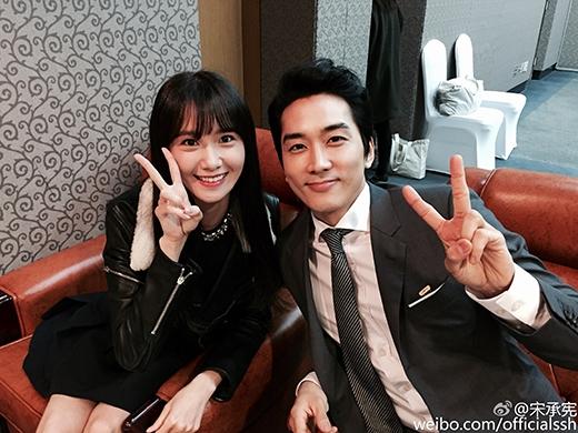 Song Seung Hun khoe hình xinh tươi bên Yoona nhân dịp cả hai tham dự sự kiện nhận giải thưởng Công dân tốt nhất Hàn Quốc.