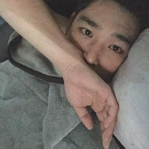 Kang In mở mắt ra đã tự sướng chiêu đãi fan bằng mình tự sướng: 'Chào buổi sáng. Ngoài trời tuyết nhiều lắm. Các bạn cẩn thận nhé'.